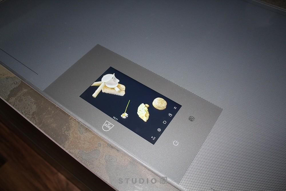 Leichter geht's kaum noch und Spaß macht's auch: das neue Grafik-Display des V-ZUG FullFlex Kochfeld Foto: Studio 187
